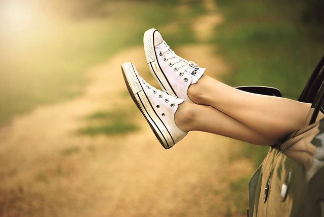 nohy v bílých teniskách
