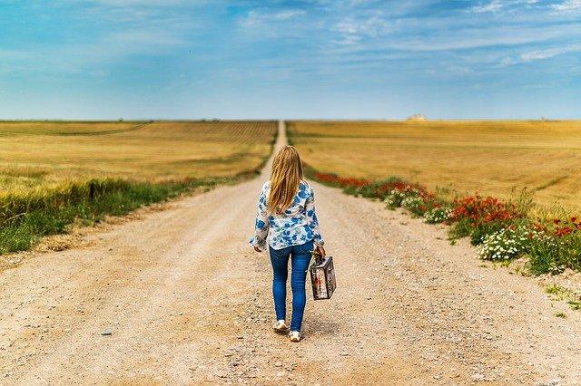 děvče s kufrem na cestě