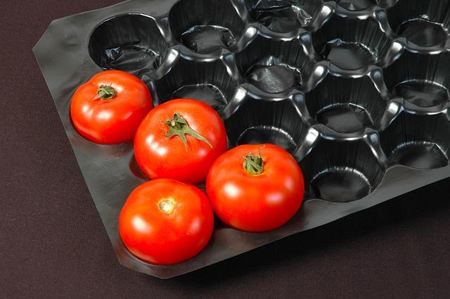 plastový obal s rajčaty